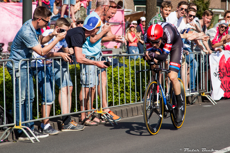 Tom Dumoulin op weg naar de roze trui in Apeldoorn.